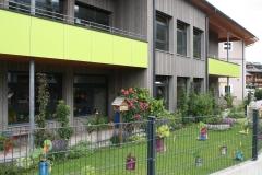 Oostenrijk-Bramberg-Bloemlaarzen-en-blikken-bij-peuterspeelzaal-1