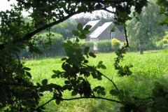 Remersdaal-112-Vergezicht-met-boerderij-tussen-bomen-door