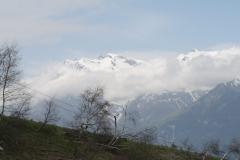 Alpe-dHuez-108-Besneeuwde-bergtoppen-in-de-wolken