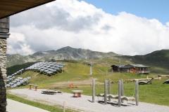 Neukirchen-022-Berglandschap-met-zonnepanelen-en-speeltoestellen
