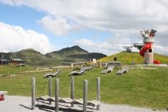Neukirchen-024-Berglandschap-met-speeltoestellen-en-ligstoelen