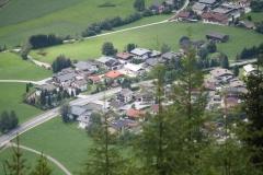 Neukirchen-071-Berglandschap-met-dorp-in-dal