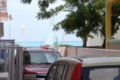 St.-Maarten-1292-Philipsburg-Doorkijk-op-zee-in-een-van-de-straten