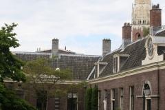 Haarlem-1023-Teylershofje-met-in-de-verte-de-Bakenesserkerk